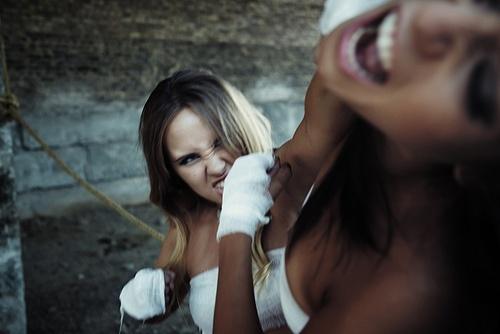 Две женщины дерутся