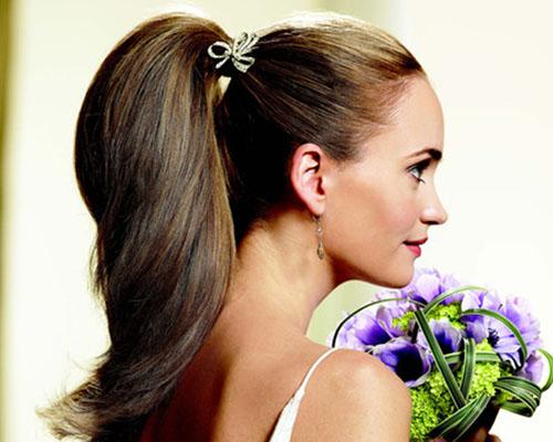 Прическа конский хвост одновременно простая универсальная и в то же время стильная и модная.