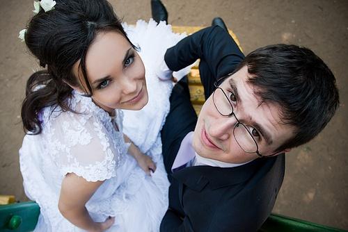 жених и невеста смотрят вверх